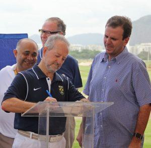CBG Präsident Paulo Pacheco unterzeichnet den Übernahmevertrag