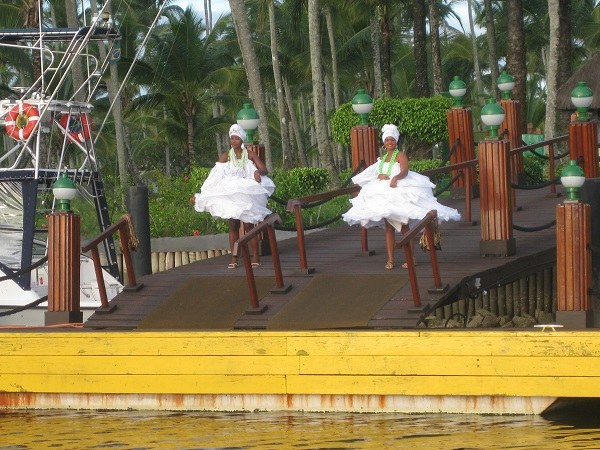 Zwei Bahia Frauen am Bootssteg beim Empfang auf der Insel Comandatuba