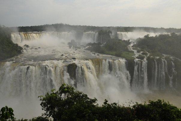 Die Iguassu Wasserfälle mit ihrer vollen Wucht