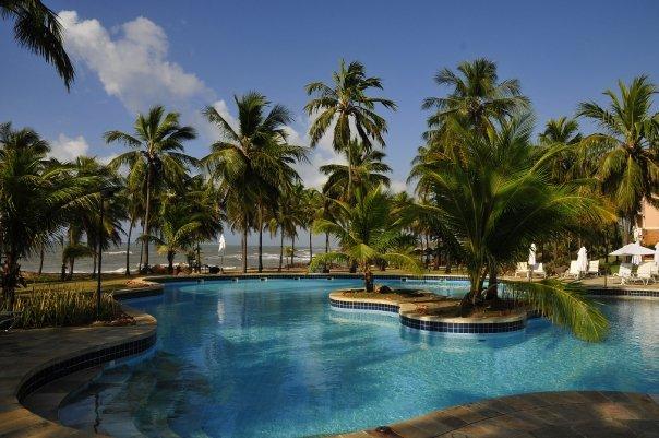 Die Pool Landschaft vom Hotel Transamerica Comandatuba mit Blick auf das Meer