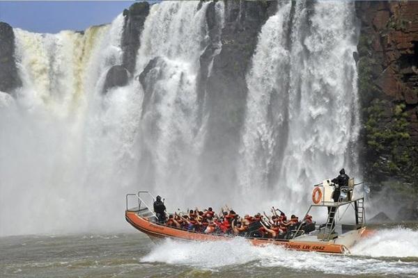Die Bootsfahrt zu den Wasserfällen garantiert eine Gratisdusche
